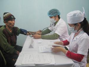 Các y, bác sĩ của Viện Y học phóng xạ và u bướu Quân đội khám bệnh cho nhân dân xã Bình Hẻm (Lạc Sơn).